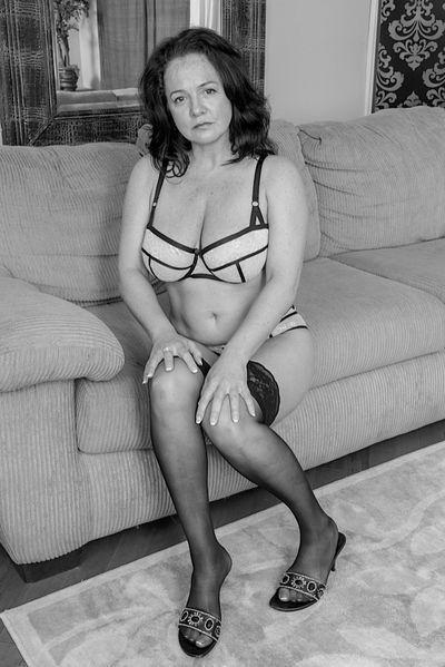 Ehefrau Jette möchte dringend geil versaut sein.