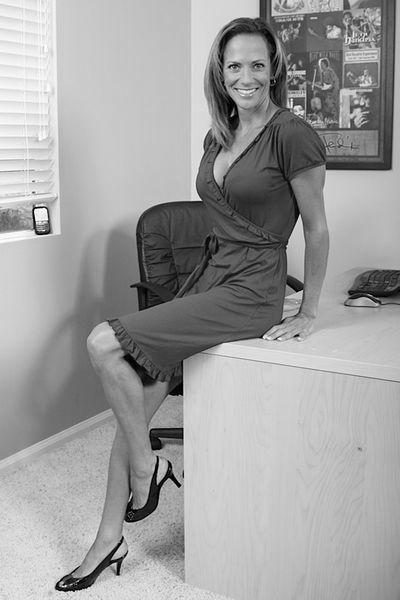 Ehefrau Josie möchte dringend hemmungslos von hinten gefickt werden.