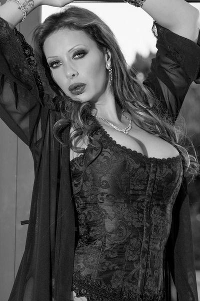 Floristin Lara will dringend erotisch rangenommen werden.