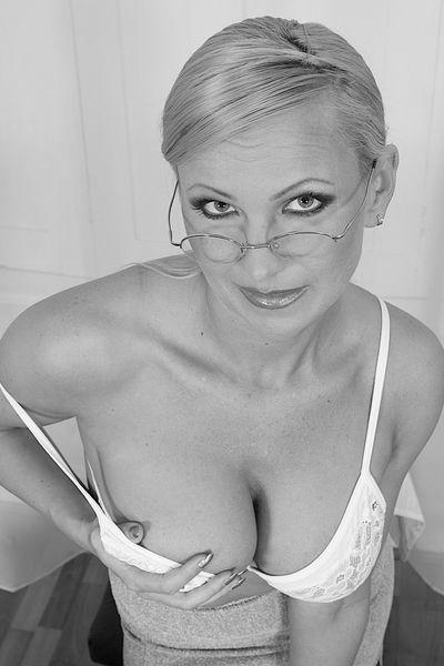 Freundin Paulina möchte umgehend lustvoll anal genommen werden.