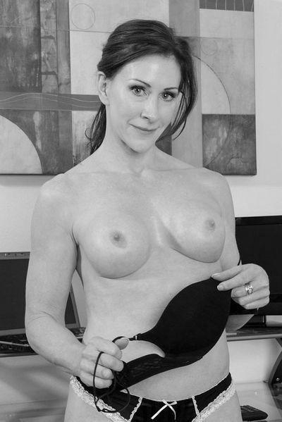 Kneipen-Bedienung Annemarie will umgehend hemmungslos geleckt werden.
