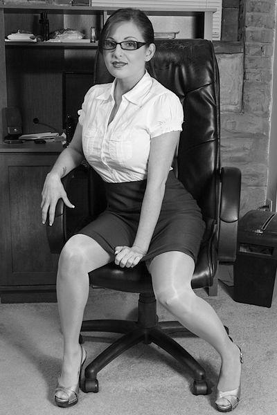 Kneipen-Bedienung Loreen möchte unbedingt triebhaft pimpern.