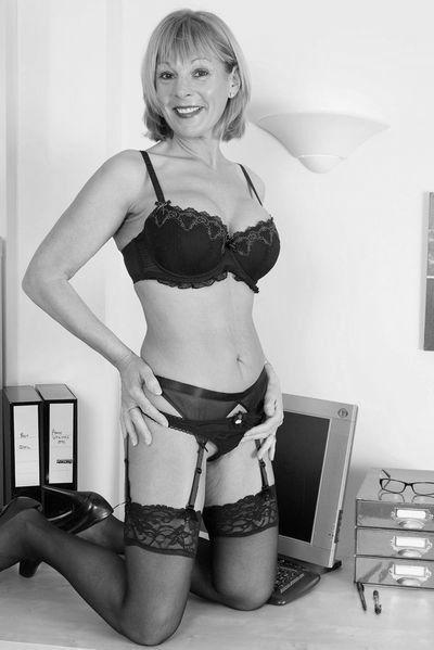 Kneipen-Bedienung Nathalie möchte umgehend laut durchgenudelt werden.