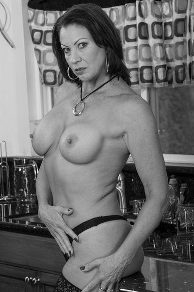 Kneipen-Bedienung Sandra möchte umgehend heiss bumsen.