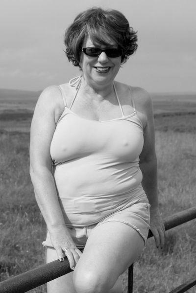 Kosmetikerin Anna-Lena möchte unbedingt lustvoll durchgeleckt werden.