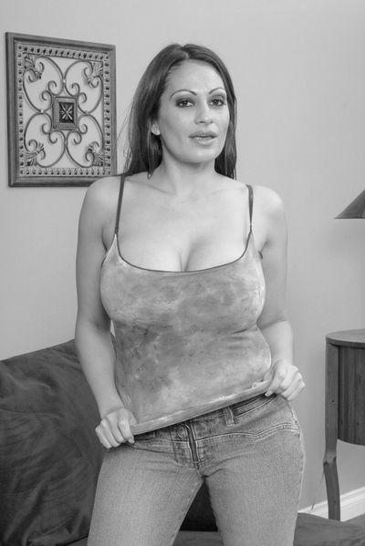 Mama Chiara will dringend hemmungslos von hinten geknallt werden.