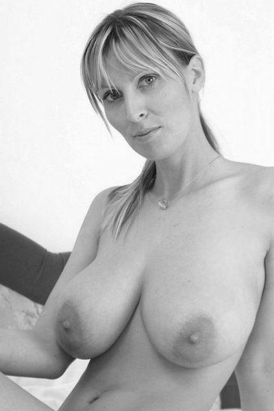 Pole-Tänzerin Karolina möchte unbedingt schamlos anal gebumst werden.