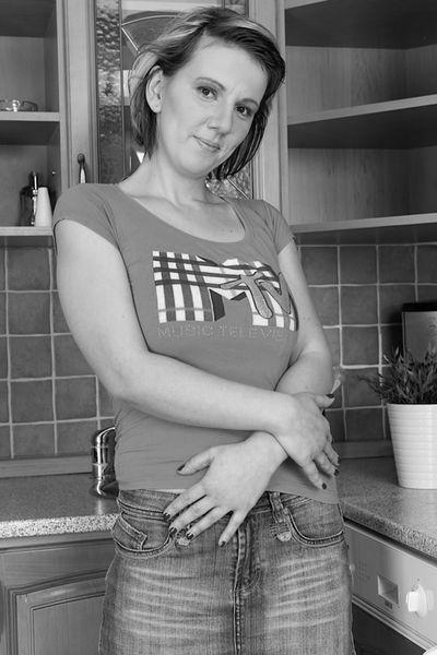 Singlefrau Nina will geil durchgevögelt werden.