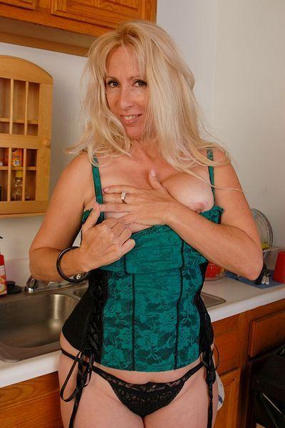 Bardame Sonja möchte unbedingt heiss geil sein.