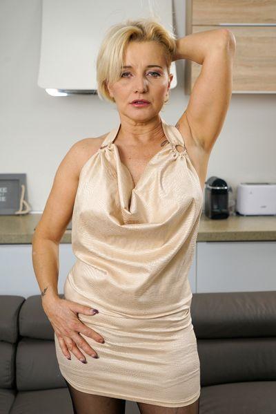 Buchhändlerin Anita will umgehend erotisch grapschen.