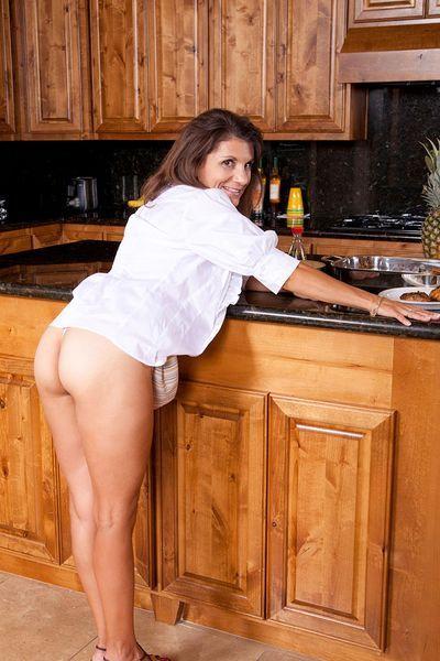 Ehefrau Bella möchte umgehend lustvoll hemmungslos sein.
