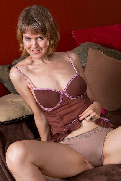 Erzieherin Emelie möchte dringend scharf streicheln.