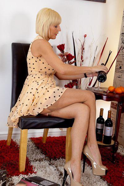 Erzieherin Yasmin möchte umgehend saugeil streicheln.