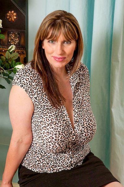 Friseurin Annemarie möchte unbedingt erotisch stöhnen.