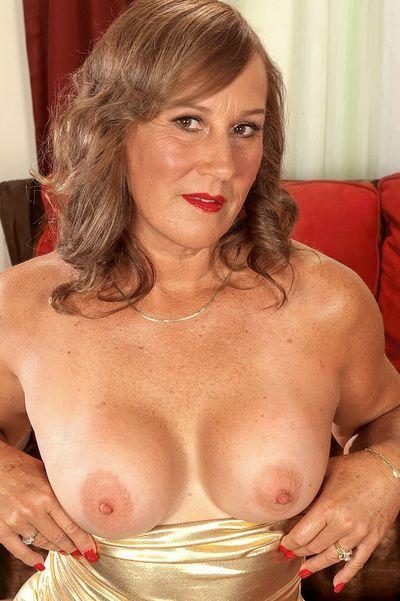 Friseurin Elvira möchte umgehend erotisch liebkosen.
