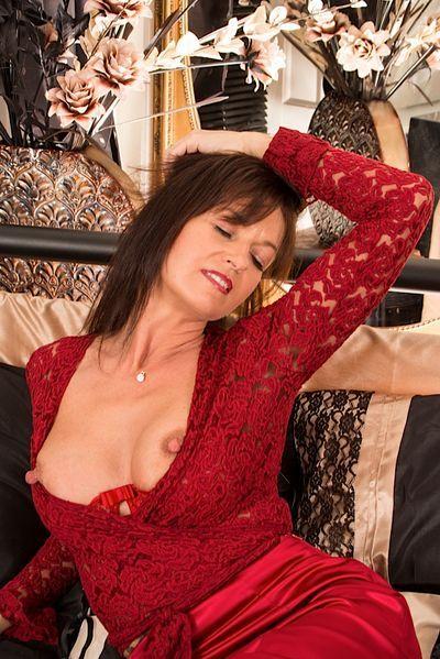 Friseurin Helena will dringend erotisch anal genommen werden.