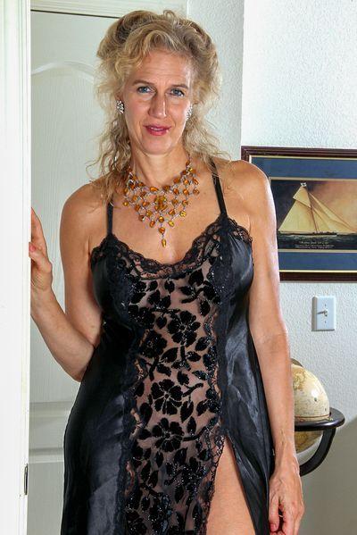 Gärtnerin Elena will dringend erotisch genommen werden.