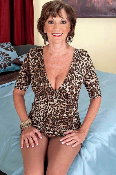 Granny Kristina will unbedingt heiss gefickt werden.