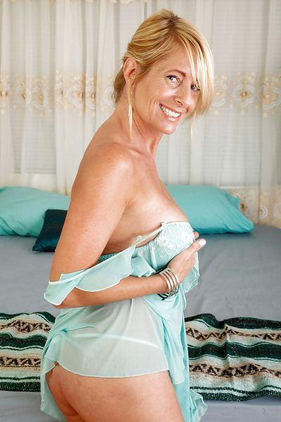 Hausfrau Lili möchte unbedingt versaut anal gebumst werden.