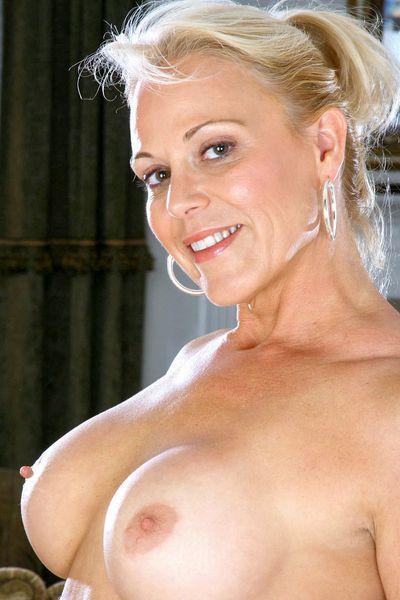 Hebamme Verena will umgehend erotisch rangenommen werden.