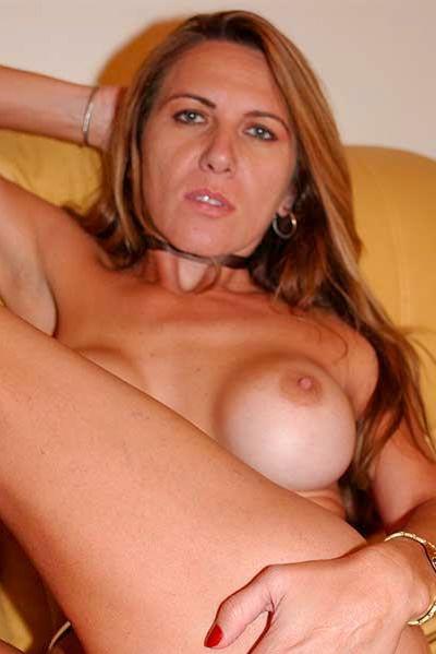 Karrierefrau Adelina möchte unbedingt lustvoll durchgeleckt werden.