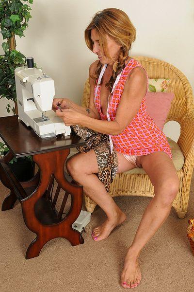 Karrierefrau Samantha möchte unbedingt heiss geil sein.