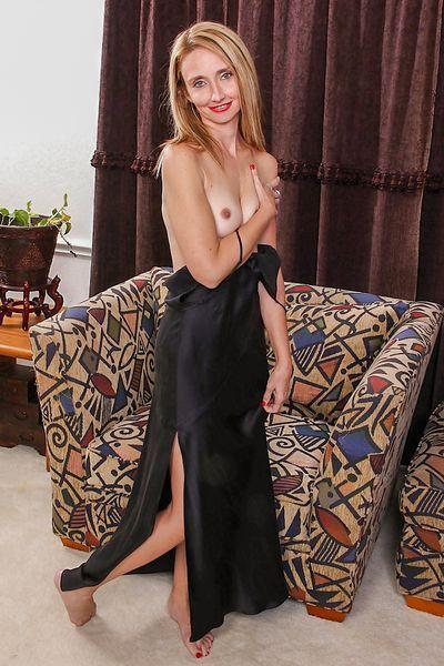 Kneipen-Bedienung Cora möchte umgehend erotisch geleckt werden.