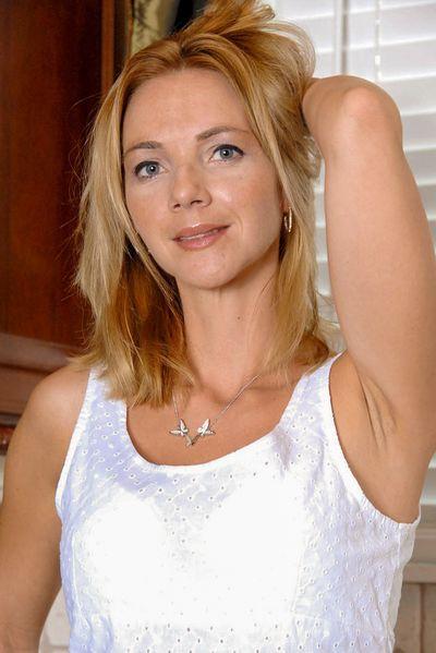 Kosmetikerin Louise möchte erotisch von hinten gebumst werden.