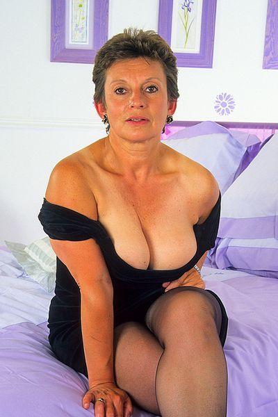 Kosmetikerin Tabea möchte dringend lustvoll durchgebumst werden.