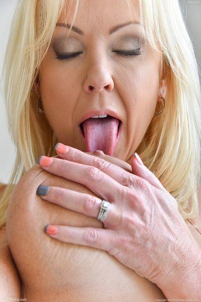 Lady Daniela will dringend lustvoll anal genommen werden.