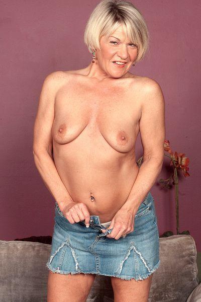 Mama Smilla will dringend erotisch liebkosen.