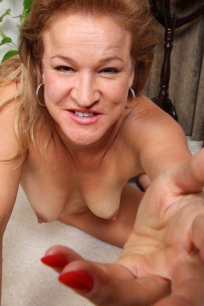 Mami Rita möchte dringend geil anal gepoppt werden.