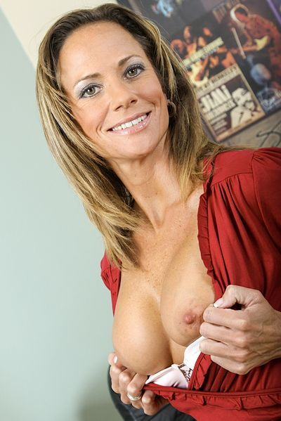 Masseurin Madeleine will unbedingt erotisch liebkosen.