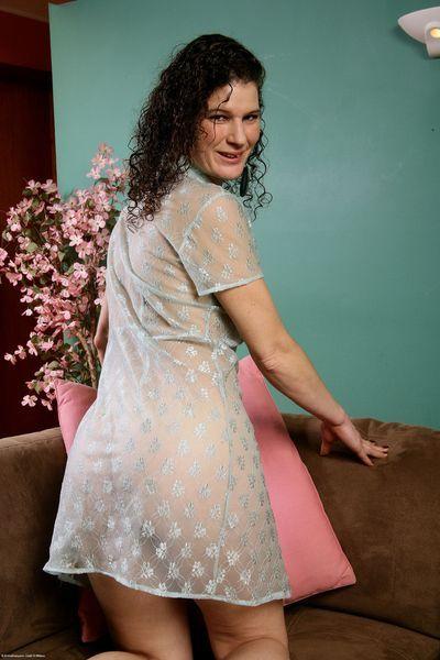 MILF Evelyn will umgehend erotisch ficken.