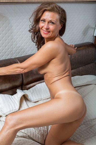 Mutter Josefina will umgehend erotisch von hinten genommen werden.