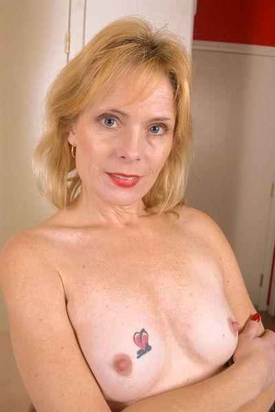 Mutter Karina möchte dringend erotisch anal gepoppt werden.