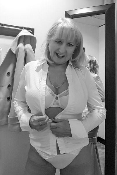 Altenpflegerin Leonora möchte umgehend versaut gefickt werden