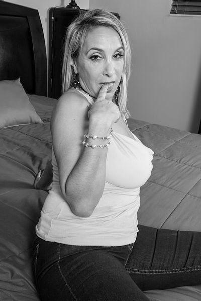 Bardame Adriana möchte lustvoll bumsen