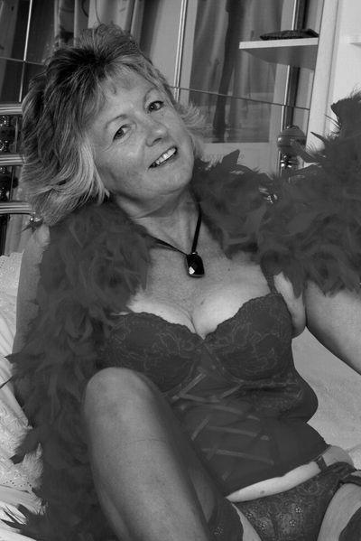 Bardame Margarethe möchte unbedingt geil gepoppt werden