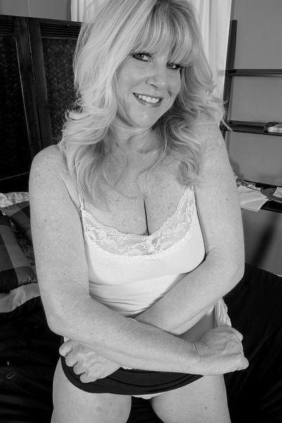 Gärtnerin Melinda möchte dringend sinnlich anal geknallt werden