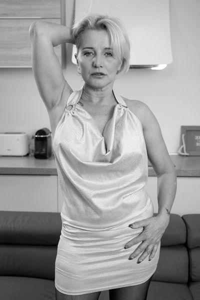 Hausfrau Madeleine will dringend triebhaft lecken
