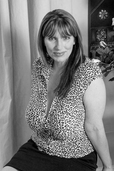 Karrierefrau Lara will dringend laut von hinten gefickt werden