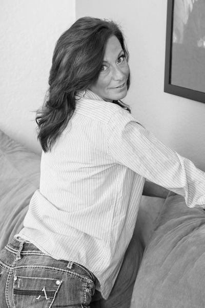 Kneipen-Bedienung Amanda will triebhaft durchgeleckt werden