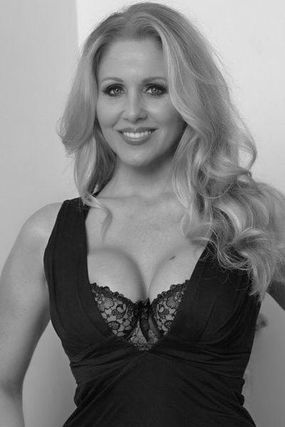 Kneipen-Bedienung Kim möchte erotisch streicheln