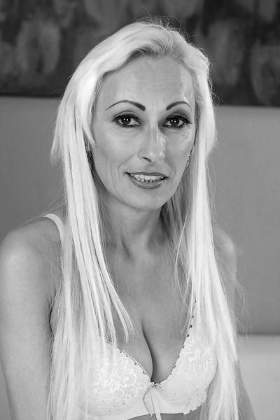Kosmetikerin Matilda möchte lustvoll anal geknallt werden