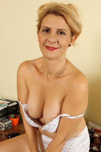 Fleischerin Florentine möchte umgehend erotisch grapschen.
