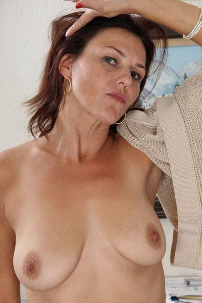 Fleischerin Melissa will unbedingt saugeil von hinten genommen werden.