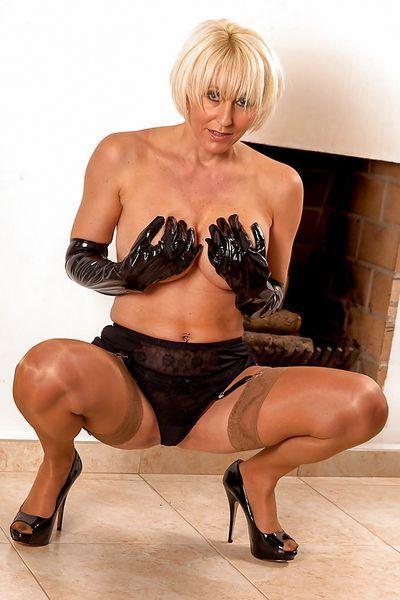 Hausfrau Meike möchte lüstern durchgevögelt werden.