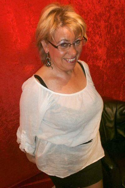 Hebamme Louise möchte umgehend laut anal gebumst werden.