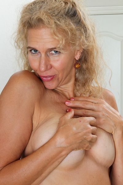 Hebamme Samantha möchte triebhaft anal gepoppt werden.